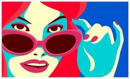 La donna della testarossa che dà una occhiata sopra gli occhiali da sole adatta l'illustrazione piana minima di vettore di proget Fotografie Stock Libere da Diritti