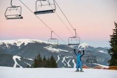 La donna dello sciatore alzata attacca su sulla stazione sciistica del fondo Immagini Stock Libere da Diritti