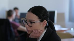 La donna demoralizzata di affari con i vetri pensa e fornisce un'idea in primo piano dell'ufficio archivi video
