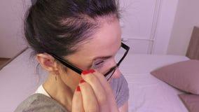La donna depila le sopracciglia stock footage