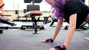 La donna di addestramento del muscolo del petto di allenamento della palestra spinge aumenta video d archivio