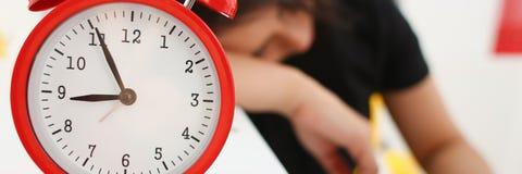 La donna di affari è caduto addormentato nell'ufficio Immagini Stock