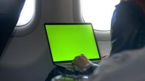 La donna di affari è lavorante e stampante vicino alla finestra, vista dalla navata laterale video d archivio