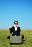 la donna di affari all'aperto lavora Fotografia Stock Libera da Diritti