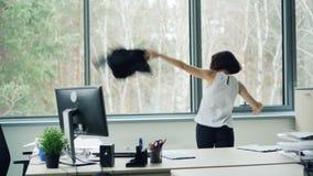 La donna di affari allegra sta celebrando l'esultanza corporativa di evento sopra le carte gridanti e di lanci di buone notizie d stock footage