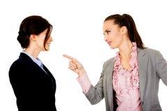 La donna di affari arrabbiata accusa il suo partner Fotografia Stock Libera da Diritti