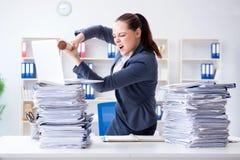 La donna di affari arrabbiata con la mazza da baseball in ufficio Fotografie Stock