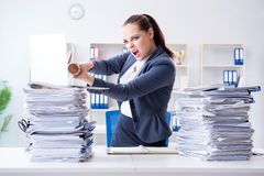 La donna di affari arrabbiata con la mazza da baseball in ufficio Fotografia Stock Libera da Diritti