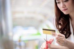 La donna di affari asiatica ha distruggere una carta di credito con Sc rosso fotografia stock libera da diritti
