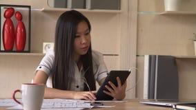 La donna di affari asiatica ha video chiamata con il cliente archivi video