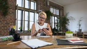 La donna di affari caucasica sta lavorando facendo uso del computer digitale della compressa, confrontante le idee le idee creati video d archivio
