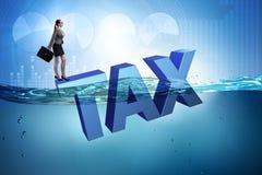 La donna di affari che ha problemi con il pagamento delle tasse Immagini Stock Libere da Diritti