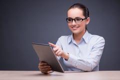 La donna di affari che lavora con il computer della compressa nel concetto di affari Immagini Stock Libere da Diritti