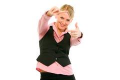 La donna di affari che osserva attraverso il blocco per grafici ha fatto le barrette Fotografia Stock Libera da Diritti