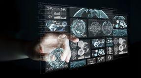 La donna di affari che per mezzo degli schermi digitali con i dati 3D degli ologrammi si strappa Fotografia Stock