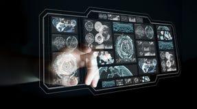 La donna di affari che per mezzo degli schermi digitali con i dati 3D degli ologrammi si strappa Immagine Stock
