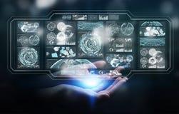 La donna di affari che per mezzo degli schermi digitali con i dati 3D degli ologrammi si strappa Immagini Stock