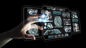 La donna di affari che per mezzo degli schermi digitali con i dati 3D degli ologrammi si strappa Fotografia Stock Libera da Diritti