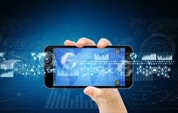 La donna di affari che per mezzo del telefono cellulare digitale traccia una carta dell'interfaccia illustrazione di stock