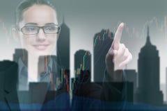 La donna di affari che preme i bottoni sulla linea grafico Fotografie Stock Libere da Diritti