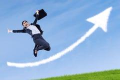 La donna di affari che salta e che tiene una cartella Fotografie Stock