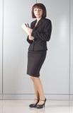 La donna di affari con i dispositivi di piegatura in mani immagini stock libere da diritti