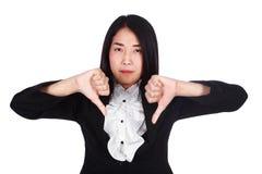 La donna di affari con i pollici giù gesture isolato su backgr bianco immagini stock