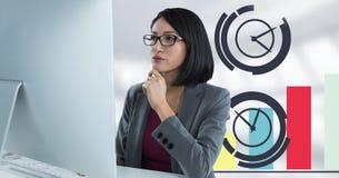 La donna di affari con il computer allo scrittorio con l'orologio diagrams Immagini Stock Libere da Diritti
