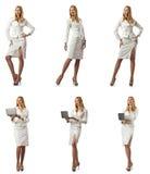 La donna di affari con il computer portatile isolato su fondo bianco Immagine Stock Libera da Diritti
