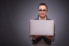 La donna di affari con il computer portatile nel concetto di affari Fotografie Stock