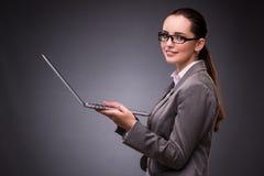 La donna di affari con il computer portatile nel concetto di affari Immagini Stock