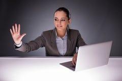 La donna di affari con il computer portatile nel concetto di affari Immagine Stock