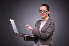 La donna di affari con il computer portatile nel concetto di affari Immagini Stock Libere da Diritti