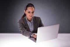 La donna di affari con il computer portatile nel concetto di affari Fotografia Stock Libera da Diritti