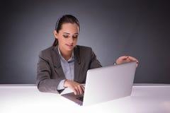 La donna di affari con il computer portatile nel concetto di affari Immagine Stock Libera da Diritti