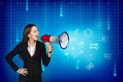 La donna di affari con il megafono sta urlando Fotografie Stock
