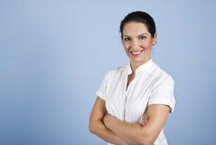 La donna di affari con le braccia ha piegato Fotografie Stock