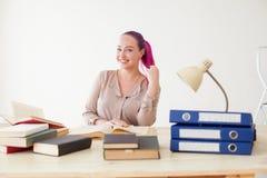 La donna di affari con segretario rosa dei capelli lavora nelle cartelle di una carta dell'ufficio immagine stock libera da diritti
