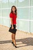La donna di affari con una cartella per le carte Immagini Stock
