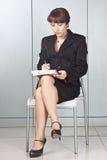 La donna di affari con una penna   fotografia stock
