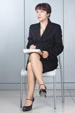 La donna di affari con una penna in mani immagini stock