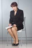 La donna di affari con una penna in mani fotografia stock libera da diritti