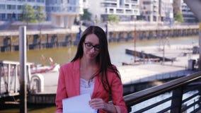 La donna di affari controlla la documentazione ed è soddisfatta archivi video