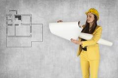 La donna di affari controlla i piani dell'appartamento Immagine Stock Libera da Diritti