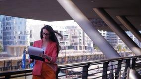 La donna di affari controlla le statistiche ed è soddisfatta video d archivio