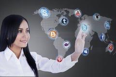 La donna di affari del primo piano si collega alla rete sociale Immagini Stock