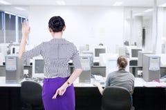 La donna di affari dice le bugie in ufficio Fotografia Stock Libera da Diritti