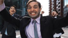 La donna di affari e l'uomo d'affari due esultano e saltano con felicità archivi video