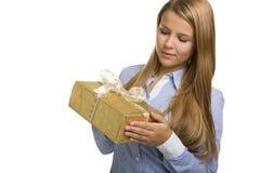 La donna di affari esamina un presente Fotografia Stock