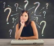 La donna di affari fa le domande Fotografia Stock